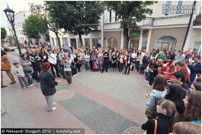 Чтение стихов на улице Советской в Бресте