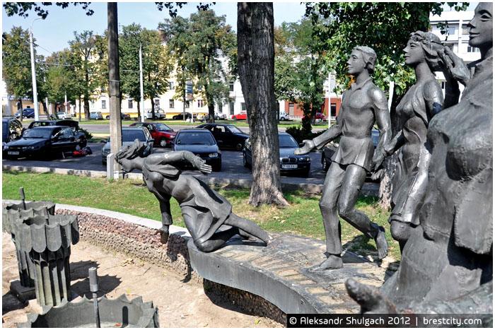 """Скульптурная композиция у фонтана возле здания """"Интуриста"""""""