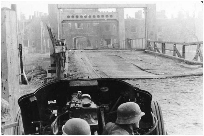 Холмские ворота под прицелом немцев.  Июнь 1941 года