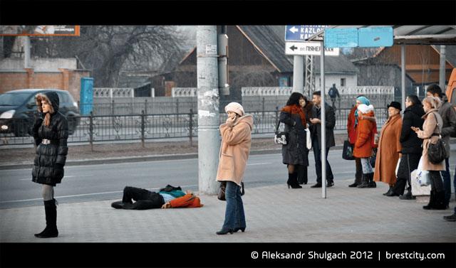 Человек упал на остановке