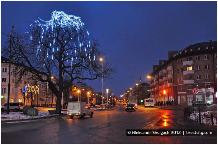 Плачущий каштан (светящееся облачко) в центре Бреста