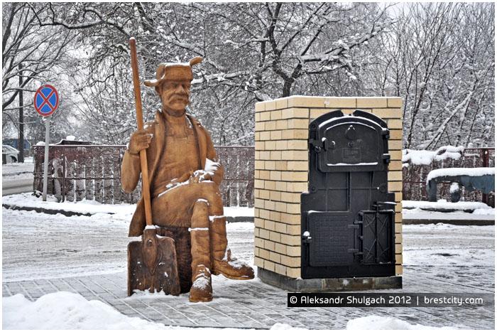 Скульптура кочегара возле Брестского котельного хозяйства