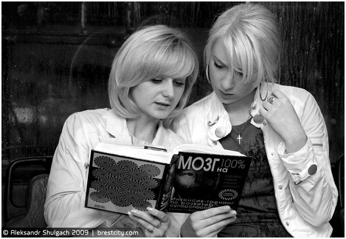 Блондинки читают книгу в троллейбусе
