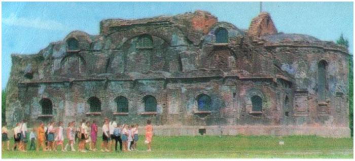 Руины гарнизонного храма в послевоенный период