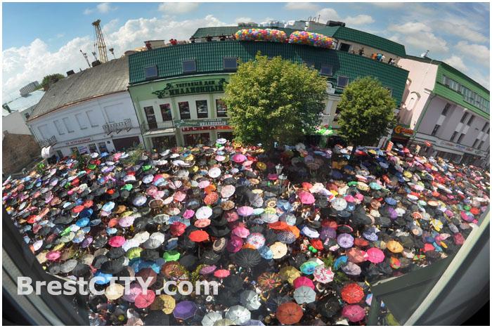 """На открытие торгового дома """"Миллионный"""" в Бресте собралось 5 000 человек"""