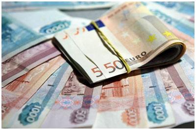 Пачка евро и российских рублей. Деньги