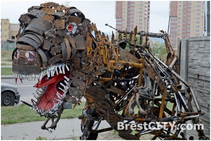 Чудовище в Бресте в виде динозавра