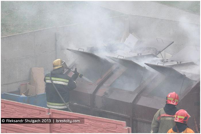 В Бресте горит мусорный бак (контейнер)