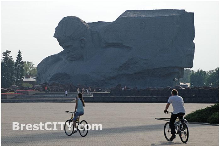 В Бресткой крепости ездят на велосипедах