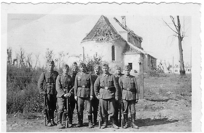 Немцы возле гарнизонного храма. Лето 1941