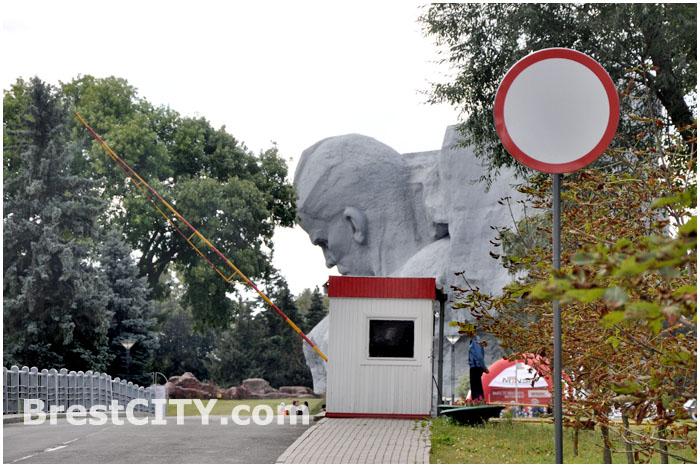 Знак, запрещающий движение велосипедистов, убрали в Брестской крепости