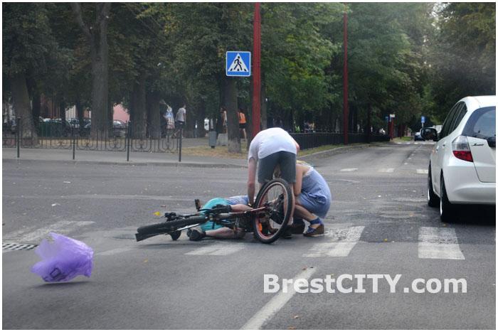 Пьяный велосипедист на пешеходном переходе в Бресте упал