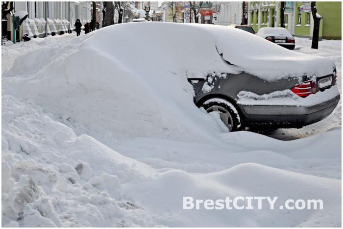 Парковка автомобиля зимой. Машину завалило снегом