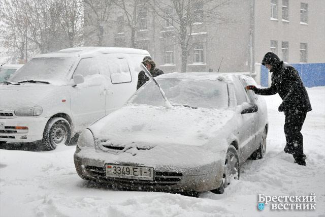 Город Брест заметает снегом